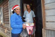 Jamila-Lewis-hands-over-hamper-to-beneficiary